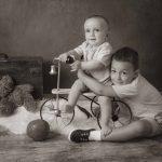 niños con triciclo antiguo foto vintage